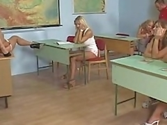 brunette sjarmerende milf hvit blonde babe lærer tynn scene hæler